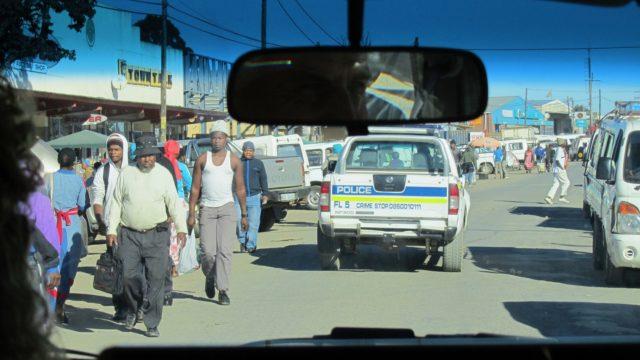 Onderweg met huurauto door dorp in Zuid-Afrika Cross Border Fee